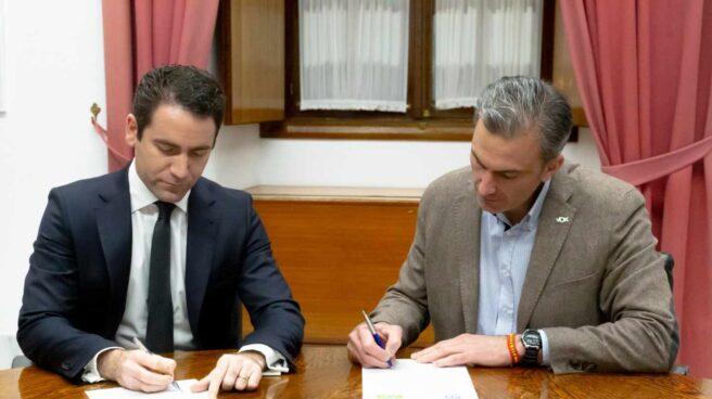 Teodoro García Egea (PP) y Javier Ortega (Vox), firmando este miércoles el acuerdo para la composición de la Mesa del Parlamento.