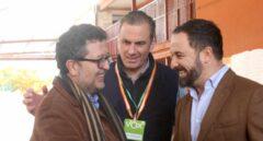 Santiago Abascal y Francisco Serrano se estrechan las manos en presencia de Javier Ortega.