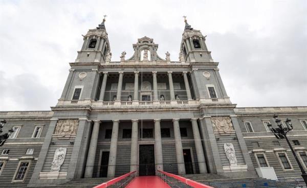 Vista exterior de la catedral de La Almudena.
