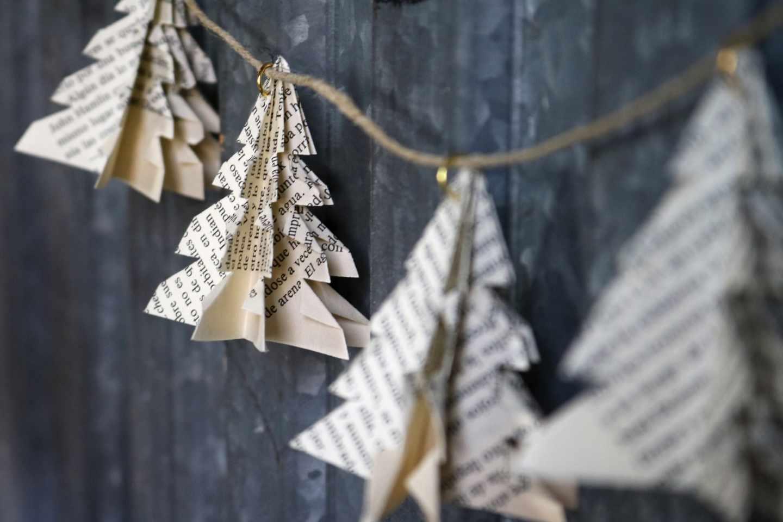 Árboles de papel reciclado adornan el mercado de Les Encants.
