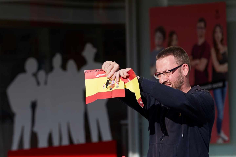 El diputado de la Cup Vidal Aragonés rompe una bandera en la UAB.