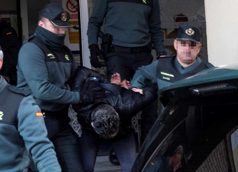 Agentes de la Guardia Civil trasladan este viernes a Bernardo Montoya al juzgado desde la Comandancia de Huelva.
