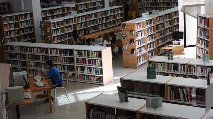 Interior de una biblioteca municipal en Almería.