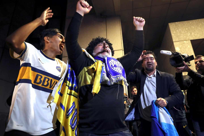 Aficionados de Boca, esperando al equipo en el hotel de Madrid donde se concentrará.