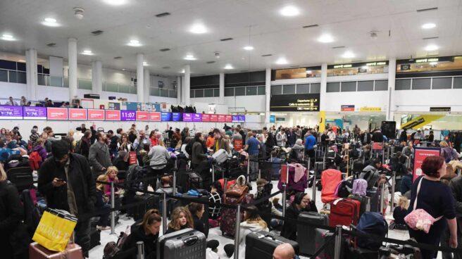 Pasajeros atrapados en el aeropuerto de Gatwick.