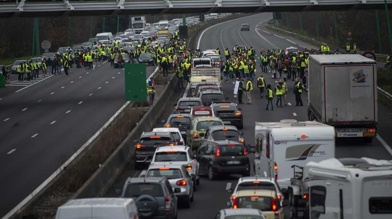 La rebelión de los 'chalecos amarillos' salta la frontera: colas kilométricas por los cortes en La Junquera.