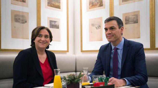 La alcaldesa de Barcelona, Ada Colau, y el presidente del Gobierno, Pedro Sánchez, reunidos antes del Consejo de Ministros en la Ciudad Condal.