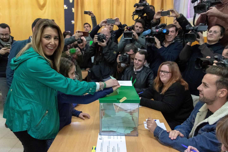 Susana Díaz, en el momento de depositar su voto.