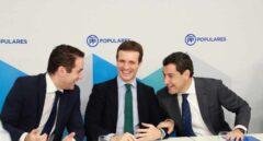 El presidente del PP, Pablo Casado (c), junto al candidato del PP a la Junta, Juanma Moreno (d), y el secretario general del PP, Teodoro García Egea (i), al inicio de la reunión hoy del Comité Ejecutivo Nacional de su partido para analizar el resultado de las elecciones andaluzas.