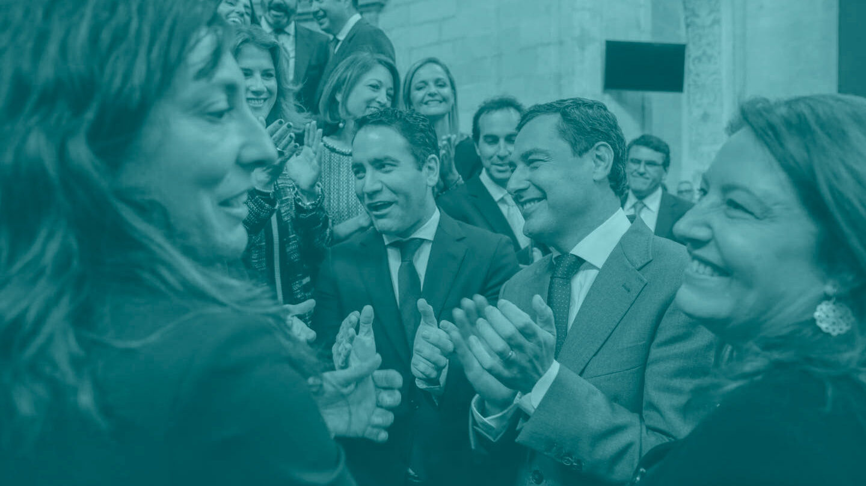 García Egea y Moreno aplauden junto a los diputados del PP andaluces.