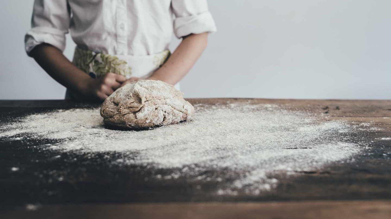 La harina de oliva es rica en nutrientes naturales como fibra, vitaminas, minerales y proteína vegetal.