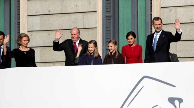 Los Reyes, que presiden el acto solemne conmemorativo del 40 aniversario de la Constitución, que se celebra hoy en el Congreso, al que también asisten sus hijas, la Princesa Leonor y la infanta Sofía, así como los reyes Juan Carlos y Sofía, saludan a su llegada.