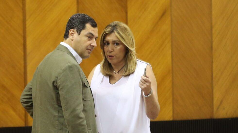 Susana Díaz habla con Moreno Bonilla en el salón de plenos del Parlamento andaluz.