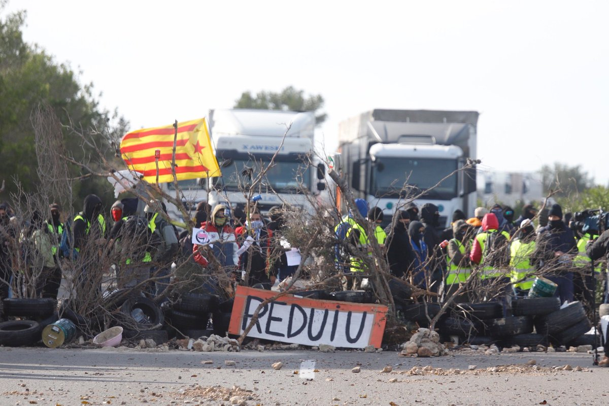 Protesta de los CDR en la autopista AP-7, a la altura de L'Ampolla (Tarragona).