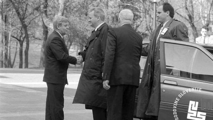 Milan Kucan y Slobodan Milosevic se saludan con un apretón de manos en 1991, meses antes de la declaración de independencia de Eslovenia.