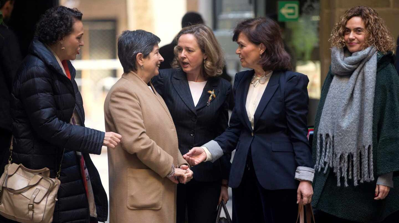 Ministras del gobierno de Sánchez, ante la Lonja de Mar.