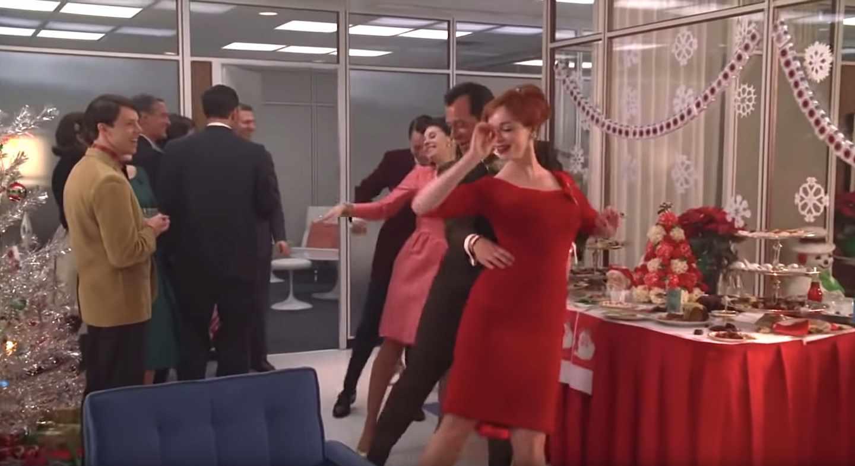 Cena de Navidad en la agencia de la serie Mad Men