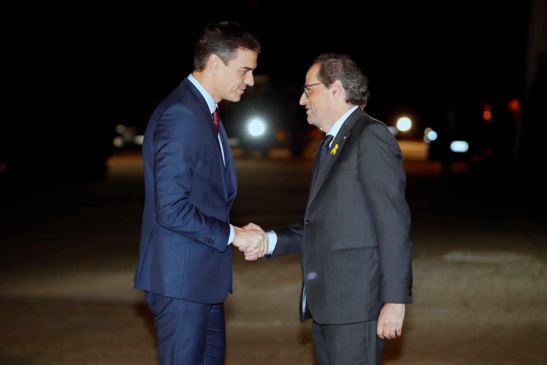 Pedro Sánchez y Quim Torra se saludan a las puertas de Pedralbes.