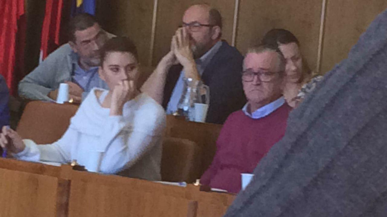 El condenado por agresiones Juan Rivera (derecha), durante el último Pleno celebrado en Torrejón de Ardoz.