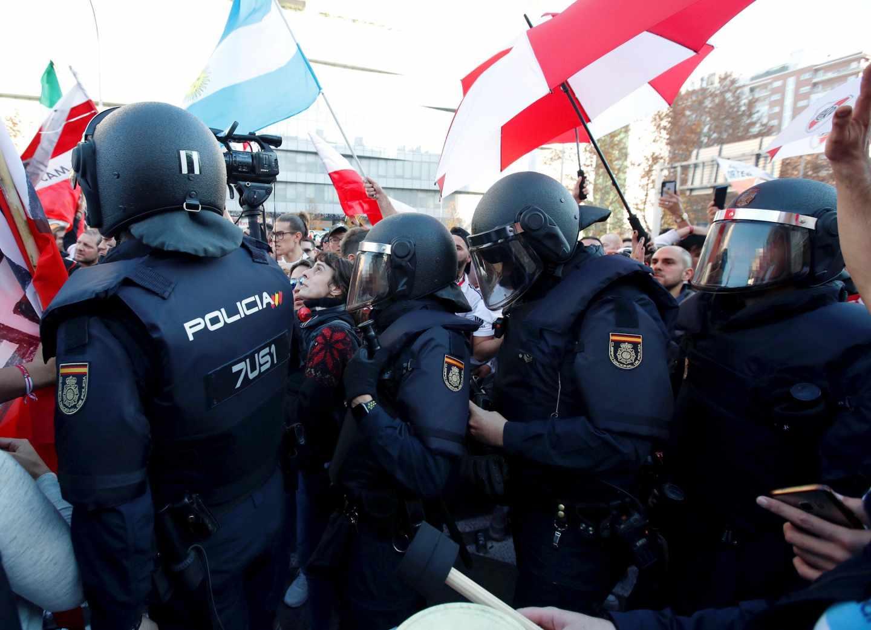 Policías nacionales, durante el operativo con motivo de la disputa del Boca-River en el estadio Santiago Bernabéu.