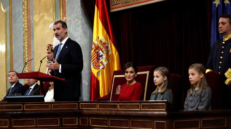 El Rey Felipe VI, junto a la Reina Letizia, la princesa Leonor (2d) y la Infanta Sofía, en el hemiciclo del Congreso de los Diputados, en el que se celebra esta mañana la solemne conmemoración del 40 aniversario de la Constitución