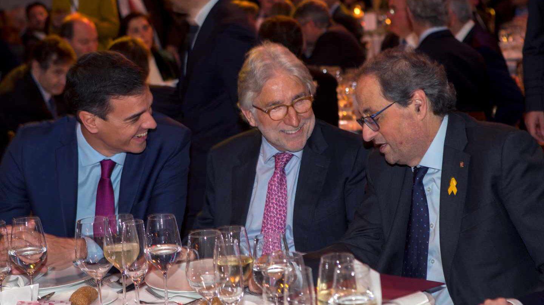 El presidente del Gobierno Pedro Sánchez (i), el presidente de la Generalitat de Cataluña Quim Torra (d) y el presidente de Foment Josep Sanchez Llibre (c).