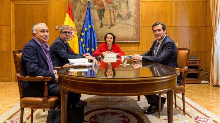 La ministra de Trabajo, Magdalena Valerio (2d), junto a los secretarios generales de los sindicatos UGT y CCOO, Pepe Alvárez (i) y Unai Sordo (2i), y el presidente de CEOE-CEPYME, Antonio Garamendi (d), durante la reunión que han mantenido para hacer balance del trabajo de la Mesa de Diálogo Social.