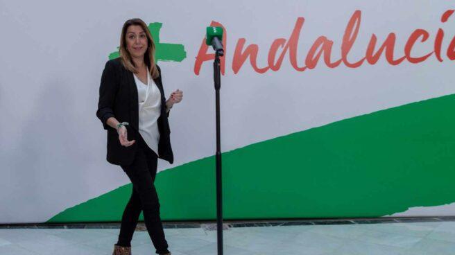 La presidenta andaluza en funciones y secretaria general del PSOE-A, Susana Díaz, a su llegada a su comparecencia hoy en la sede del partido en Sevilla tras la reunión de la Ejecutiva Regional socialista que le ha dado la confianza para seguir liderando el partido.