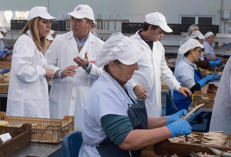 Susana Díaz visita una fábrica durante la campaña electoral.