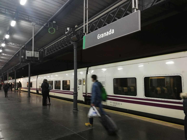 Salida del Talgo entre Granada y Madrid, el pasado 26 de noviembre; un servicio reabierto tras más de tres años cerrado.
