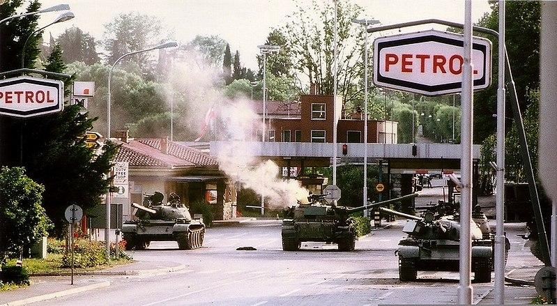 Un tanque atacado por las fuerzas de Eslovenia, en el paso fronterizo de Rozna Dolina.