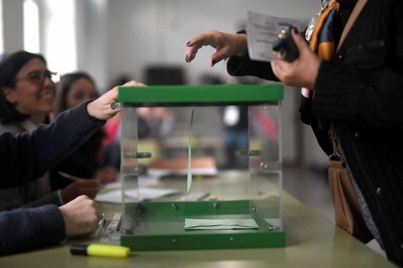 Un ciudadano vota en un colegio de Córdoba.