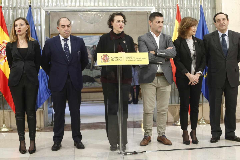 La ministra de Trabajo, Magdalena Valerio, junto a los representantes de asociaciones de autónomos.