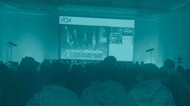 Militantes de Vox envueltos en la bandera de España