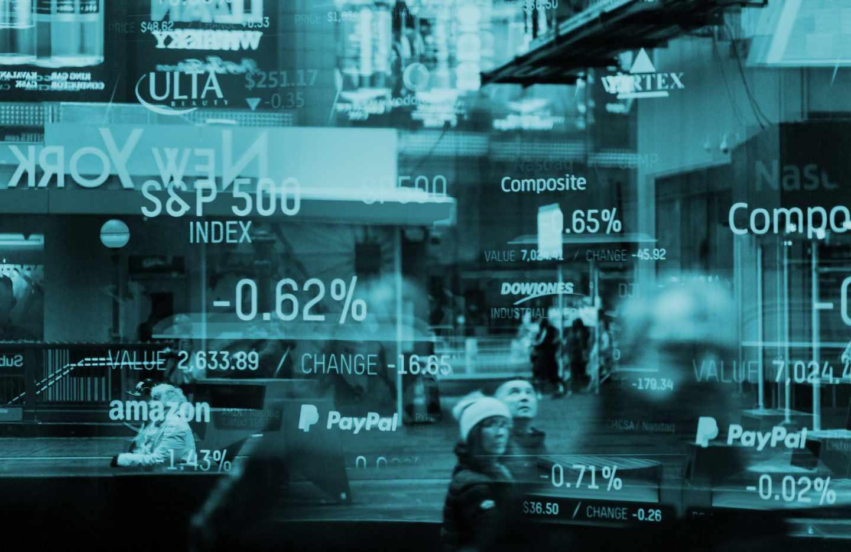 Paneles que muestran la evolución de la Bolsa de Nueva York.