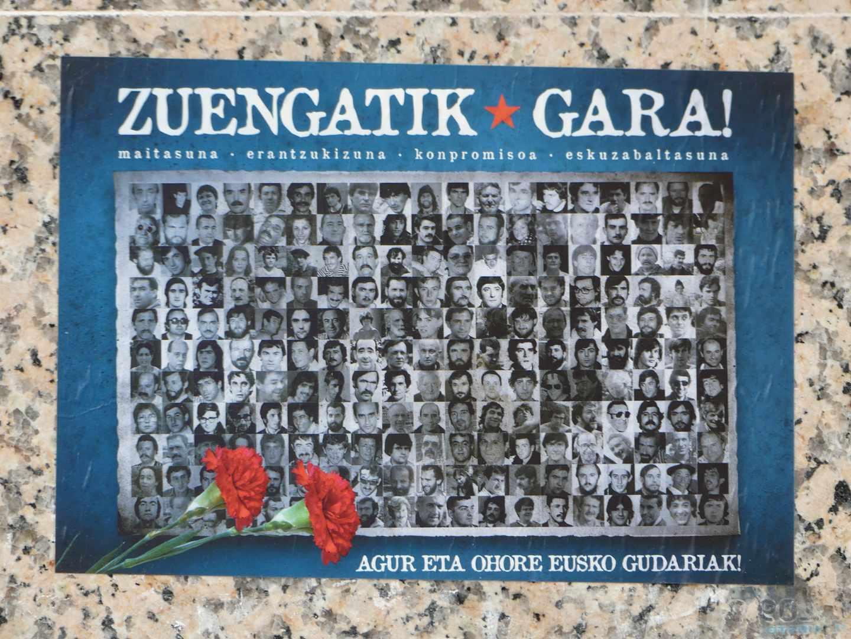 """Cartel con la imagen de presos de ETA con el lema """"Somos por vosotros"""""""