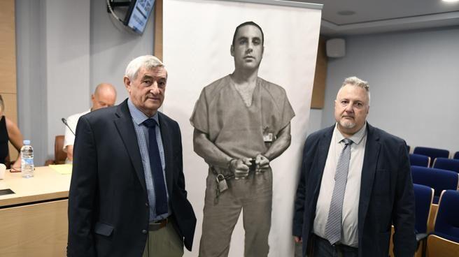 Candido Ibar, junto al portavoz de la familia, Andrés Krakenberger.