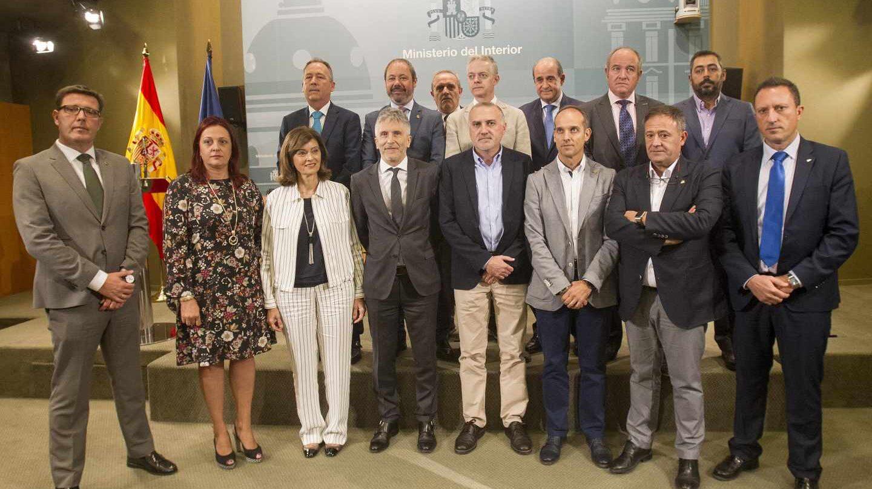 El ministro Grande-Marlaska y los representantes de los sindicatos policiales y asociaciones de la Guardia Civil que firmaron el acuerdo.