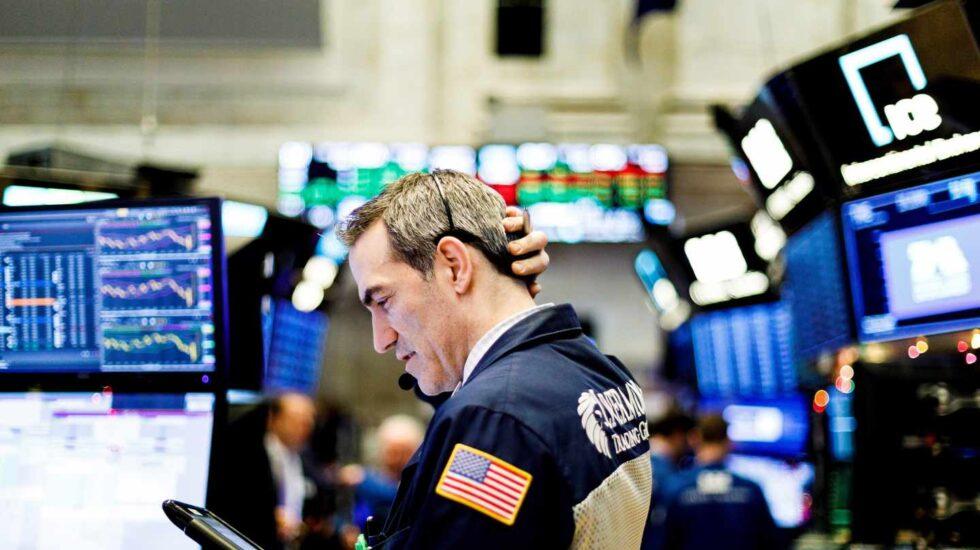 Un bróker en el interior de la Bolsa de Nueva York, en Wall Street.