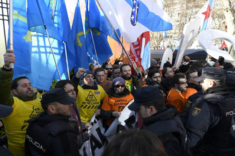 Miembros de la Policía Nacional ante trabajadores de Alcoa de Avilés y A Coruña durante la manifestación que ha tenido lugar hoy ante el Ministerio de Industria