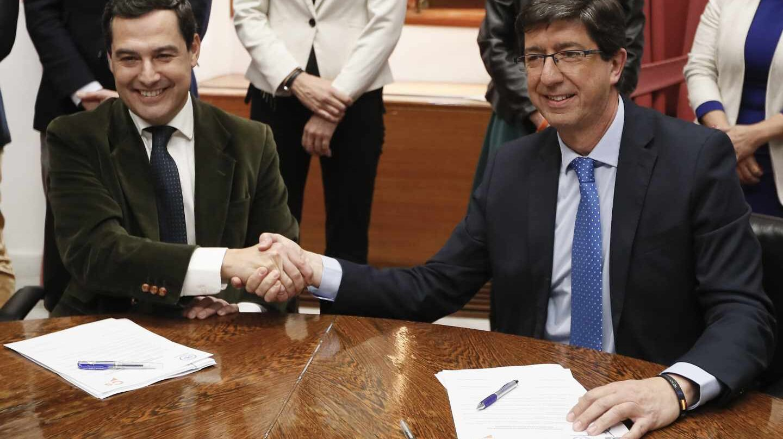 Juan Manuel Moreno Bonilla y Juan Marín se estrechan la mano en el Parlamento andaluz.