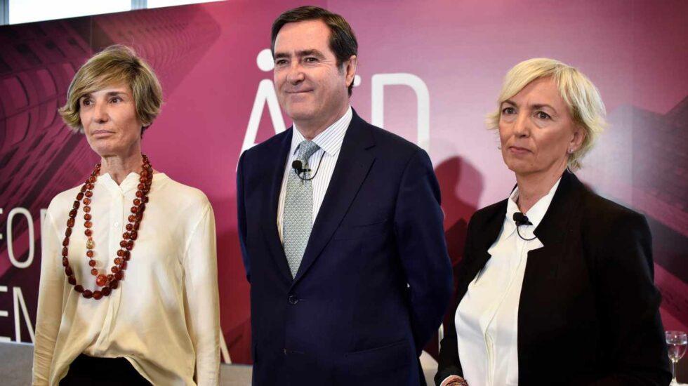 Antonio Garamendi, en Bilbao junto a Carolina Pérez Toledo y María Caballero (i), presidenta y secretaria general de AED, respectivamente.