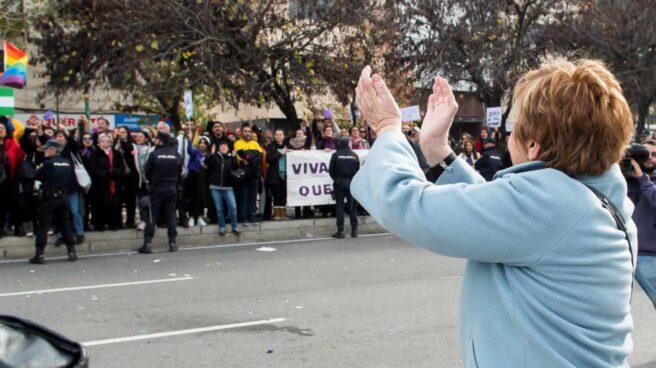 Celia Villalobos aplaude al salir del Parlamento de Andalucía.
