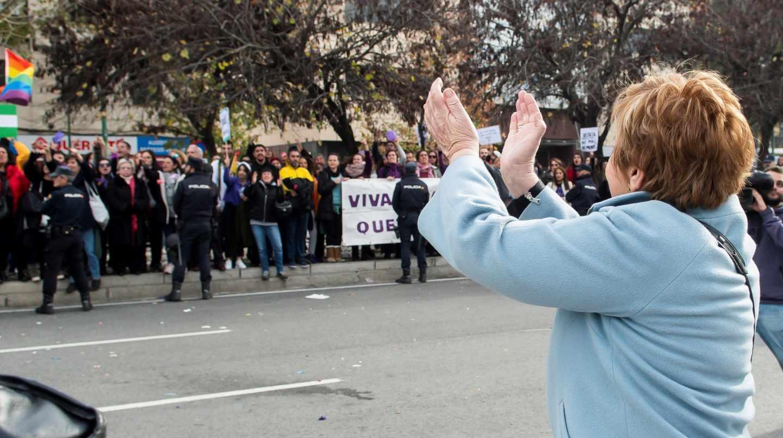 Celia Villalobos, insultada al salir del Parlamento de Andalucía
