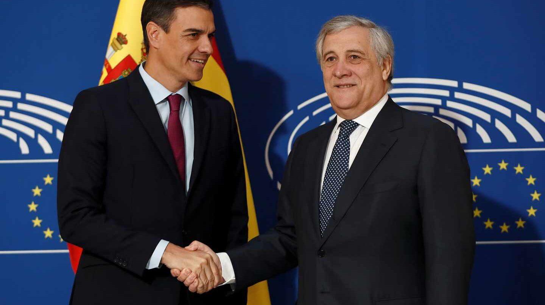 El presidente del Gobierno español, Pedro Sánchez saluda al presidente del Parlamento Europeo, Antonio Tajani.