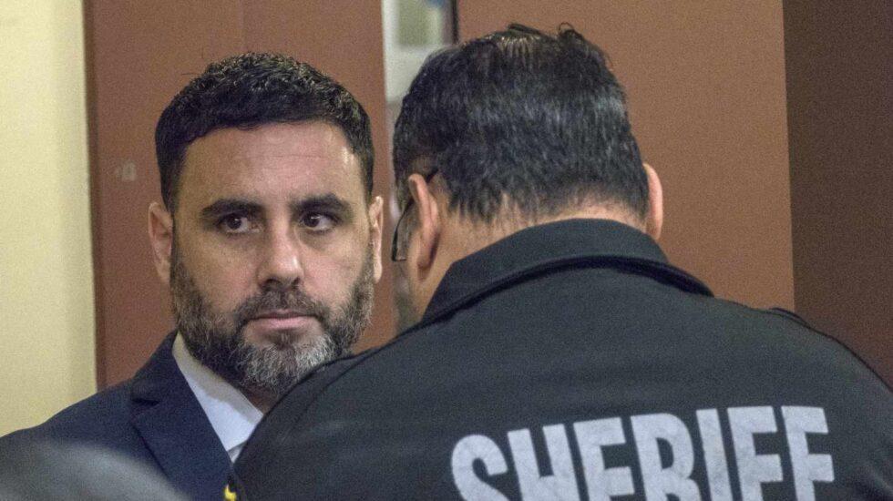 Un policía del Condado de Broward quita las esposas al hispanoestadounidense Pablo Ibar.