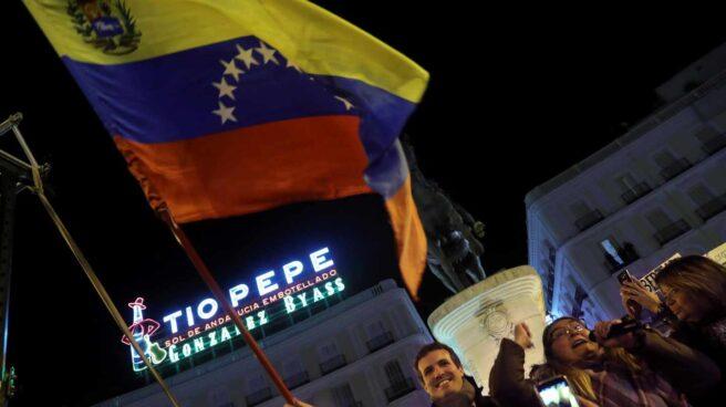 Pablo Casado apoya a los venezolanos en la Puerta del Sol.