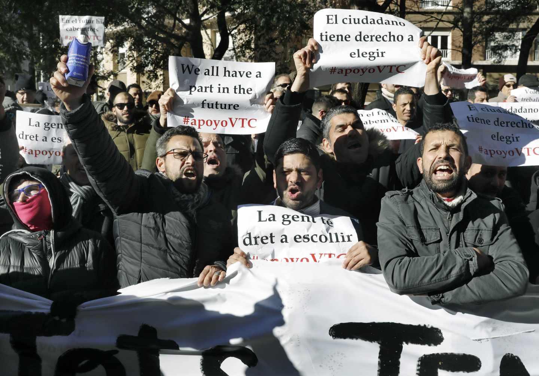 Trabajadores de vehículos de alquiler con conductor (VTC) se manifiestan en Barcelona.