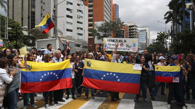 Opositores venezolanos se manifiestan en Caracas.