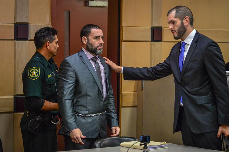 Pablo Ibar, junto a su abogado, después de conocer el veredicto de culpabilidad.